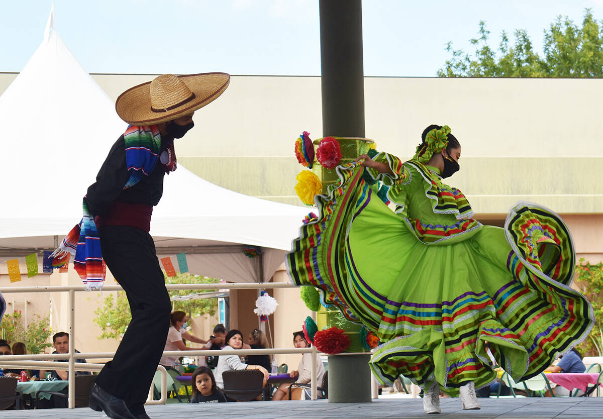 El ballet folclórico se hizo presente en el festival familiar realizado por autoridades del Ay ...