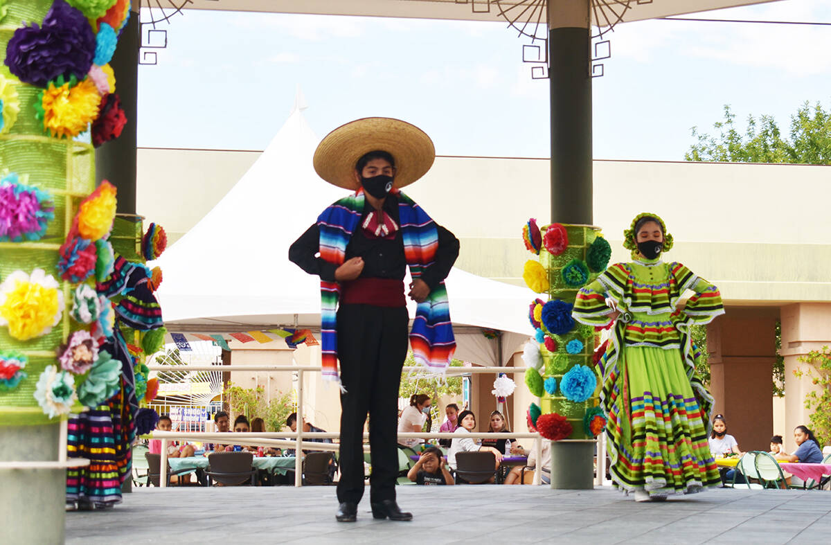 Los jóvenes presentaron varios bailes mexicanos, en el festival familiar realizado por autorid ...