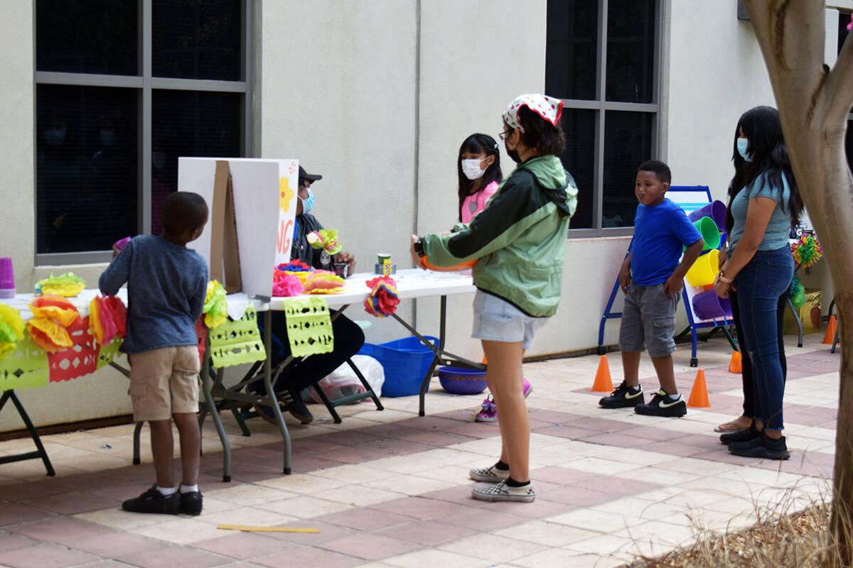 Niños participando en los juegos del carnaval, en el festival familiar realizado por autoridad ...