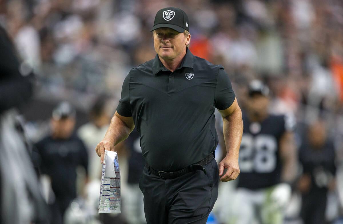 El entrenador de los Raiders, Jon Gruden, sale corriendo del campo durante el descanso de un pa ...