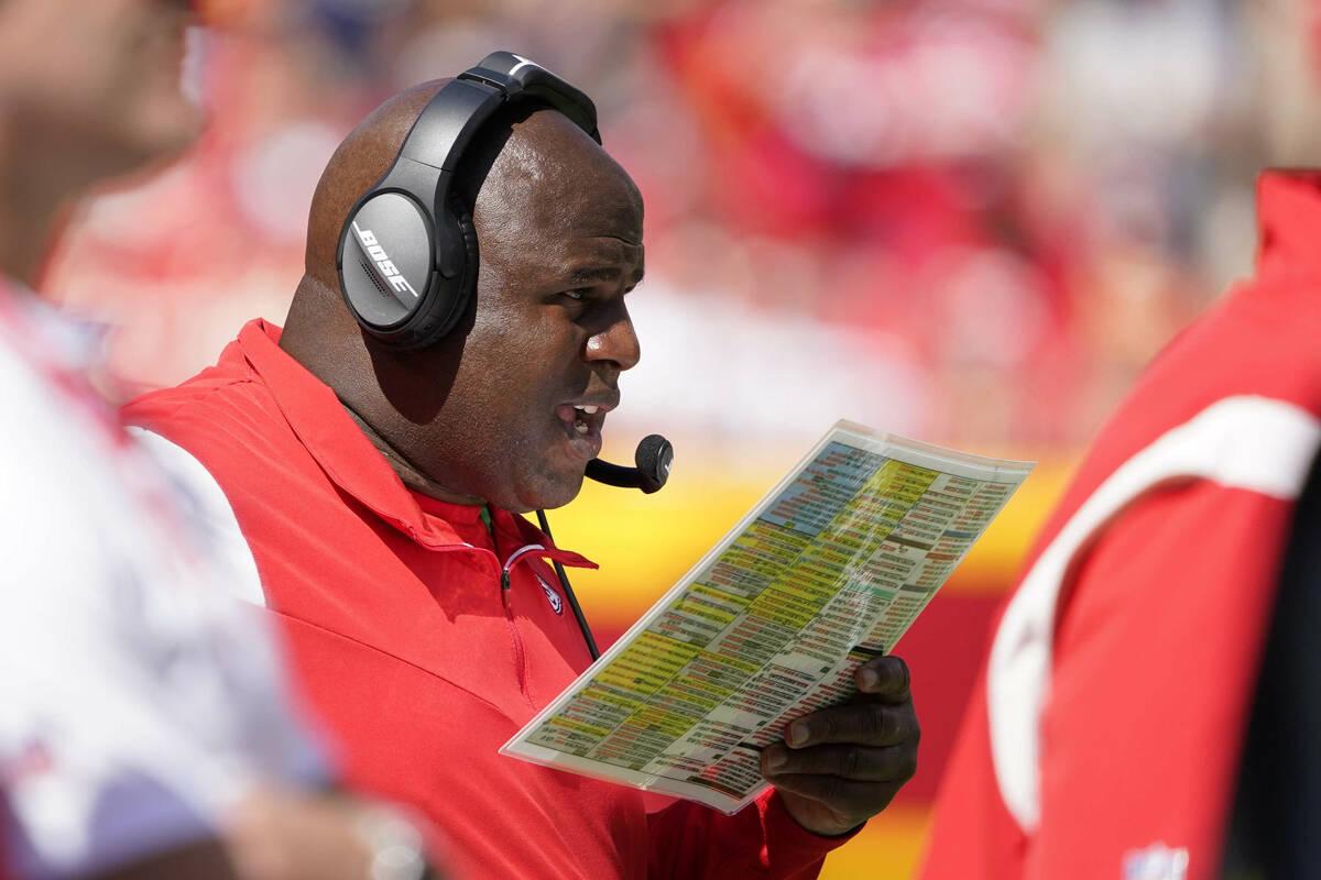 El coordinador ofensivo de los Kansas City Chiefs, Eric Bieniemy, observa durante la primera mi ...