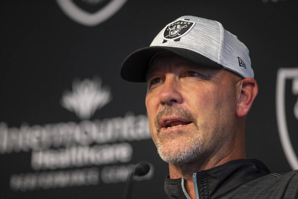 El coordinador defensivo de los Raiders, Gus Bradley, durante una conferencia de prensa en la s ...