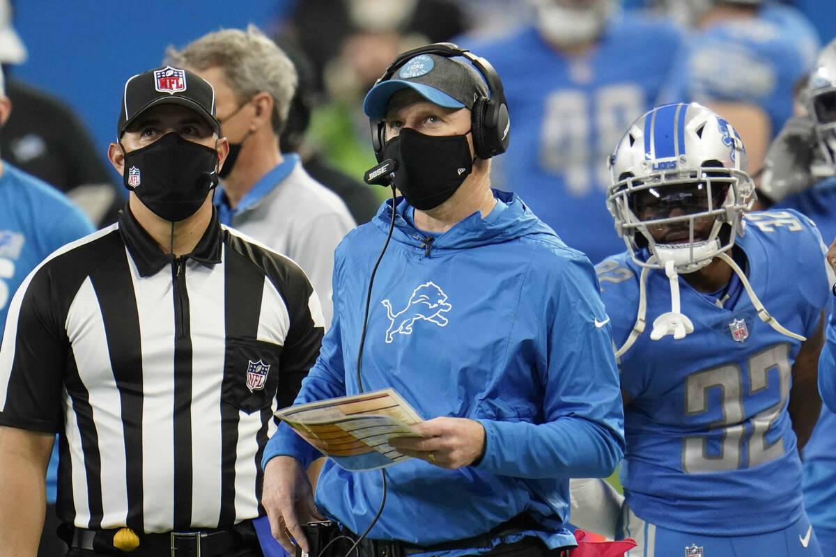 El entrenador interino de los Detroit Lions, Darrell Bevell, observa durante la segunda mitad d ...