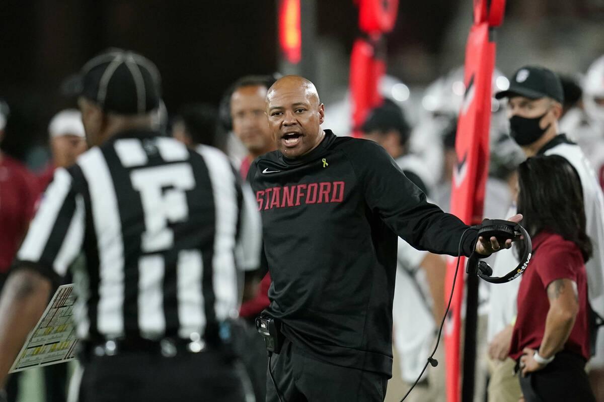 El entrenador de Stanford, David Shaw, discute con un oficial durante la primera mitad de un pa ...
