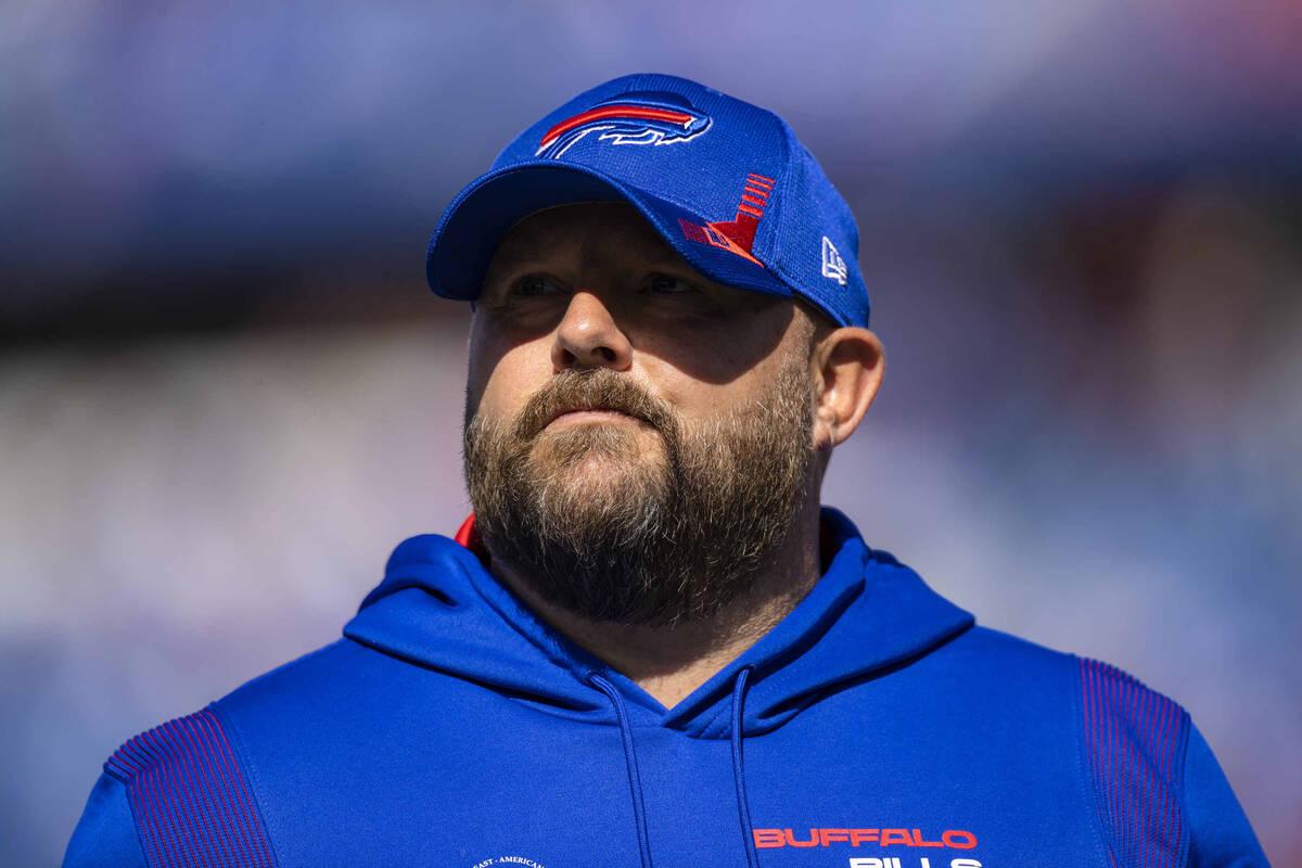El coordinador ofensivo de los Buffalo Bills, Brian Daboll, camina por el campo antes de un par ...