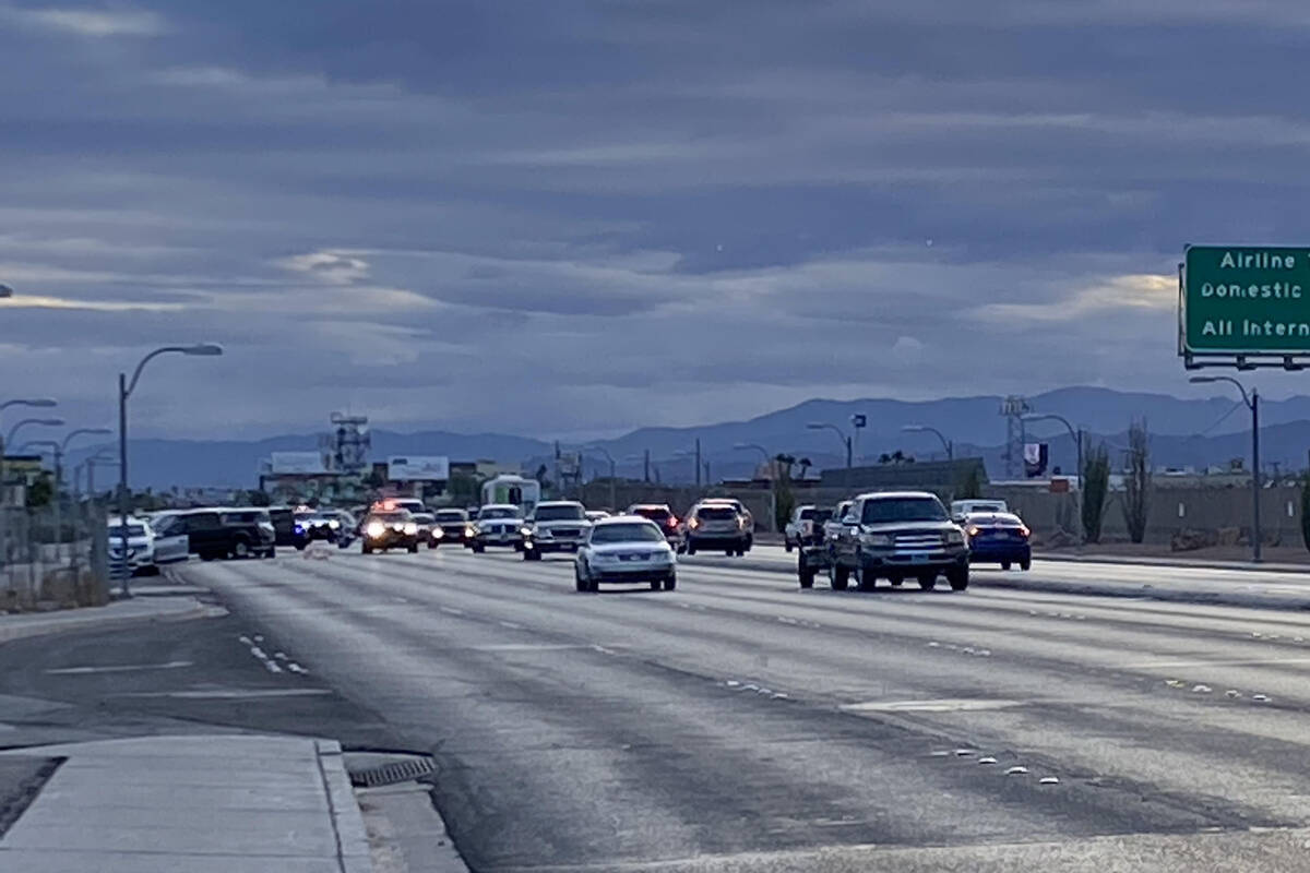 La policía de Las Vegas investiga un accidente fatal que involucró a un peatón, quien intent ...