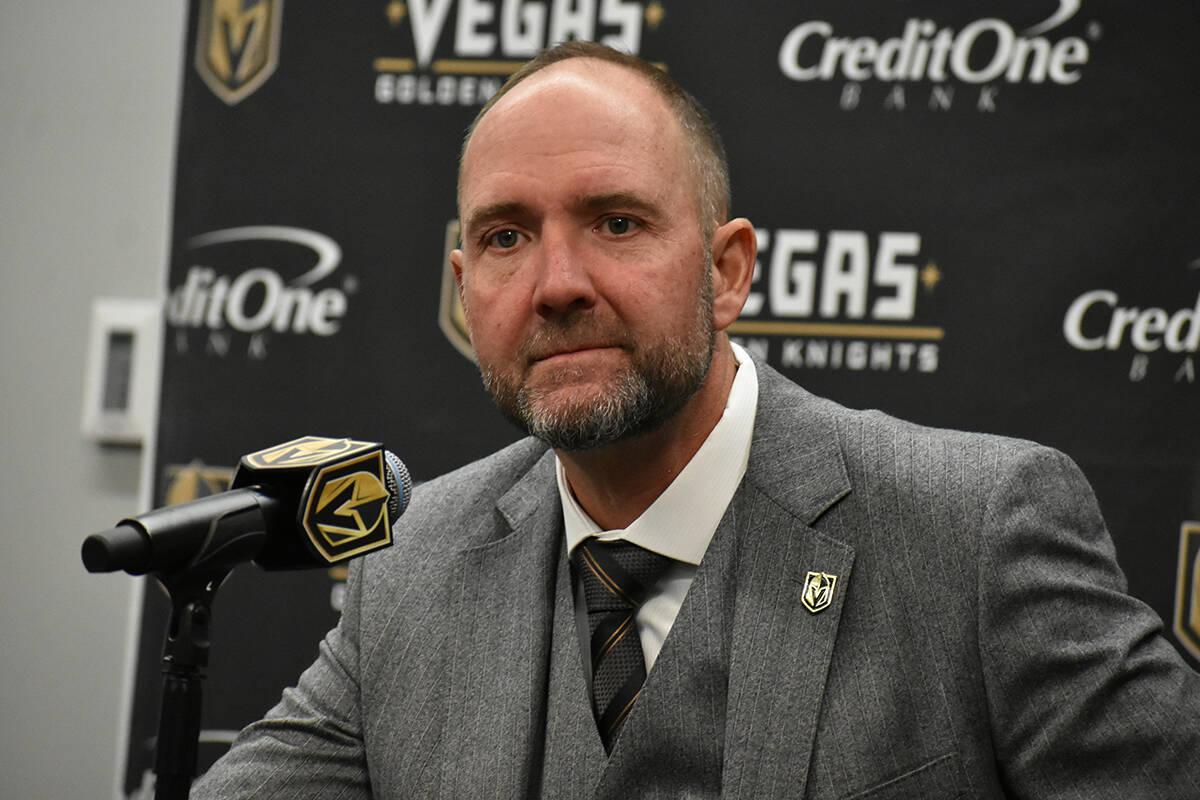 El entrenador de Vegas Golden Knights, Peter DeBoer, habla con los medios de comunicación desp ...