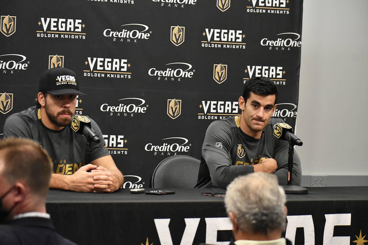 Los jugadores de Vegas Golden Knights, Chandler Stephenson y Max Pacioretty, hablan con los med ...