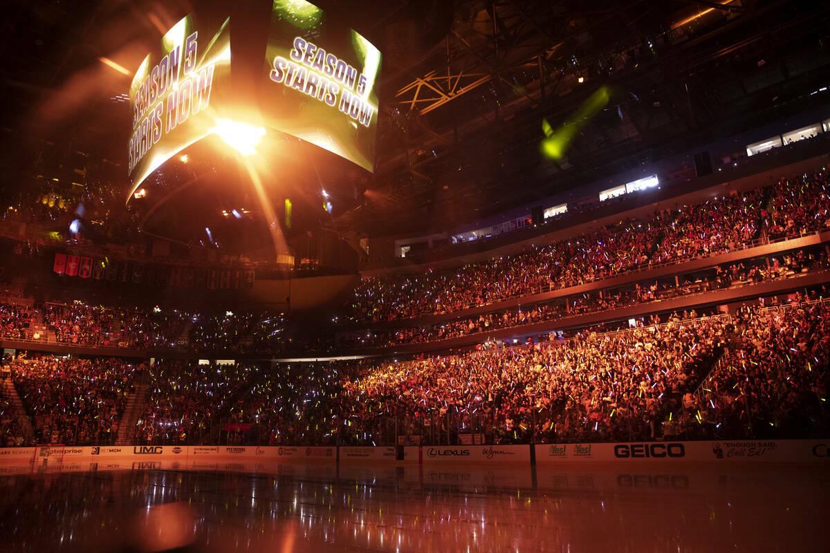 El espectáculo previo al juego trae la apertura de la temporada de los Golden Knights contra l ...