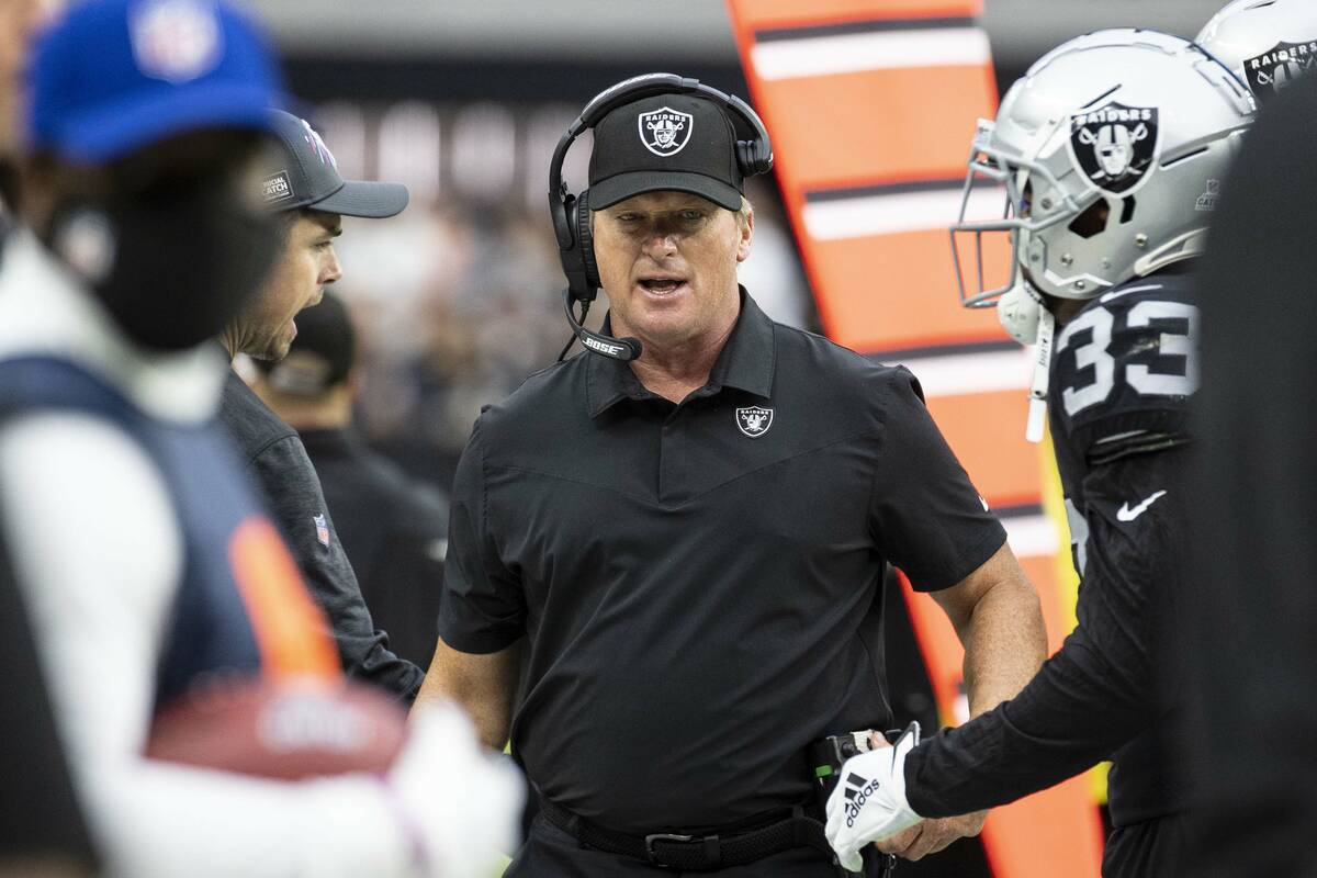El entrenador en jefe de los Raiders, Jon Gruden, camina por la línea lateral durante la prime ...