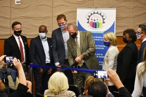 El alcalde de North Las Vegas, John Lee (al centro), corta el listón para inaugurar el Conecto ...
