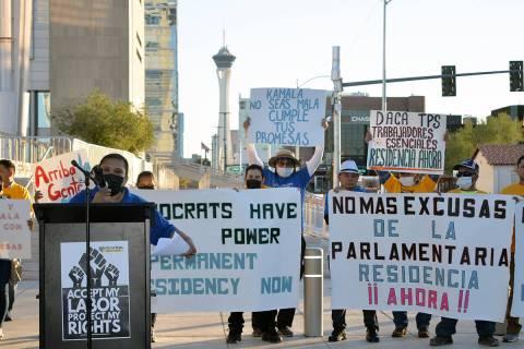 """Prometen (los políticos) cosas que no van a cumplir, la parlamentaria emitió una declaraci ..."