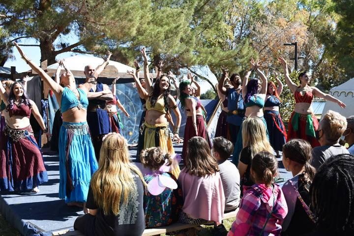 """Los bailables tradicionales fueron parte del """"Age of Chivalry Renaissance Festival"""" de Las ..."""