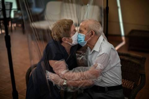 Archivo.- Agustina Canamero, de 81 años, y Pascual Pérez, de 84, se abrazan y besan a través ...