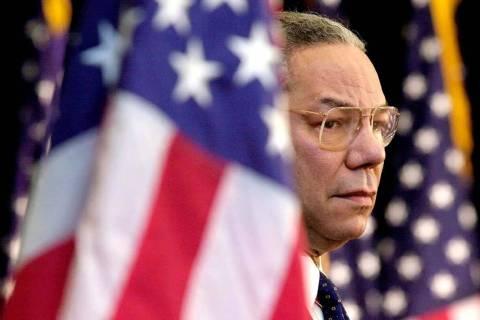En esta foto de archivo del 15 de febrero de 2001, el secretario de Estado Colin Powell observa ...