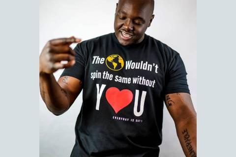 Brandarius Johnson, director de la organización Wrapped in Hope, muestra una de las camisetas ...