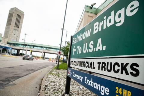 Un vehículo cruza el Puente Internacional Rainbow desde las Cataratas del Niágara, Ontario, h ...