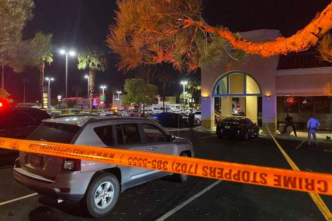 En esta foto de archivo, la policía de Las Vegas investiga un apuñalamiento mortal en un sal ...
