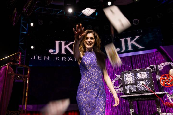 """La maga Jen Kramer, que encabeza """"The Magic of Jen Kramer"""" en el Westgate, posa para un retrato ..."""