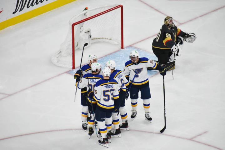 Los jugadores de St. Louis Blues celebran un gol anotado contra los Golden Knights, mientras el ...