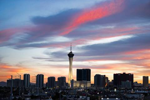 El horizonte del Strip al atardecer el miércoles 20 de octubre de 2021, en Las Vegas. (Benjami ...