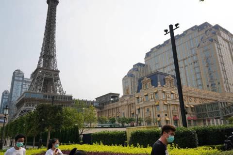Gente camina por la acera cerca del Parisian Macao el 10 de abril de 2020. (Inside Asian Gaming)