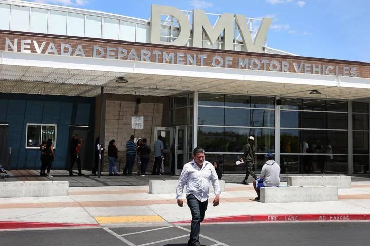Un cliente pasa por la oficina del DMV en Sahara el viernes 10 de mayo de 2019, en Las Vegas. ( ...