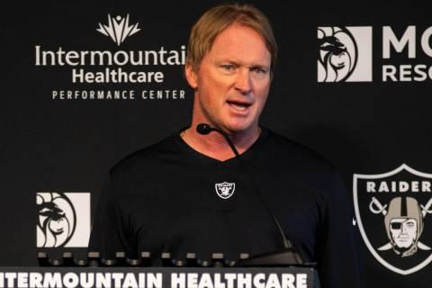 El entrenador de los Raiders, Jon Gruden, responde a preguntas de los medios de comunicación e ...