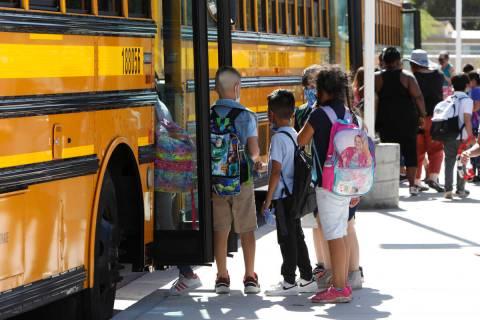 Estudiantes de la John S. Park Elementary School salen de la escuela después de sus clases en ...