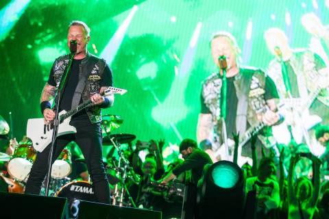 James Hetfield de Metallica toca en el escenario principal durante el festival de música Rock ...