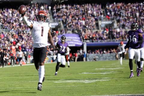 El wide receiver de los Cincinnati Bengals Ja'Marr Chase (1) anota un touchdown durante un part ...