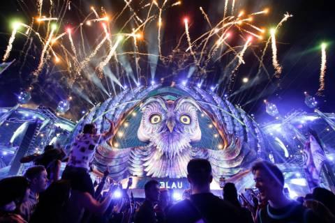 """Los fuegos artificiales iluminan el escenario mientras DJ 3Lau actúa en el escenario """"kineti ..."""
