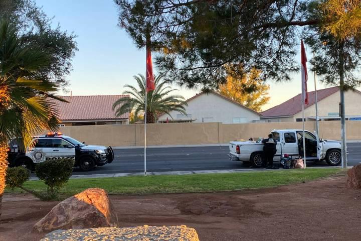 La policía de Las Vegas procesa un vehículo en East Harmon Avenue a primera hora del martes. ...