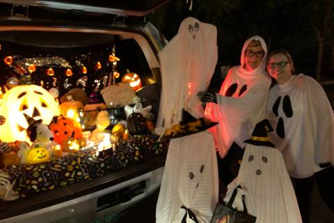 Mary McClellan, a la izquierda, y Heidi Wade, de TR Realty, equiparon su cajuela con fantasmas ...