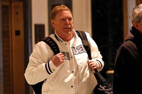 Mark Davis, propietario de los Raiders de Las Vegas, sale de la reunión de propietarios de la ...