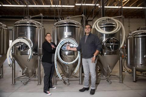 Amanda Payan, a la izquierda, y su hermano, Matt, copropietarios de North 5th Brewing Co., posa ...